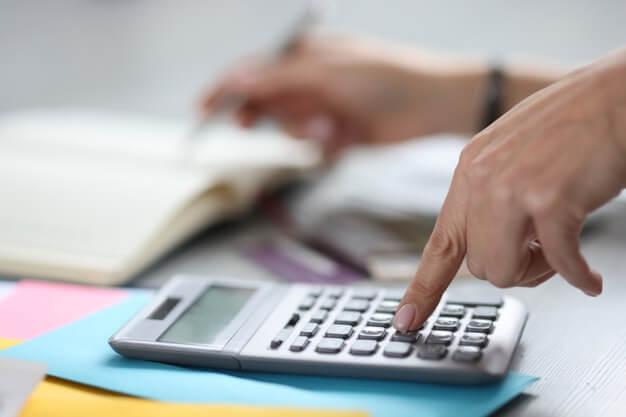 homem calculando a taxa de depreciação de máquinas e equipamentos