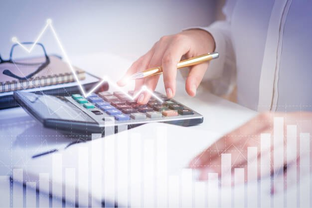pessoa calculando taxa de depreciação de máquinas e equipamentos