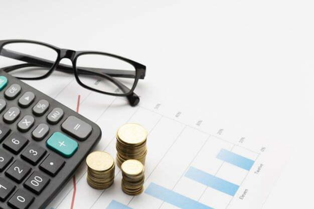 calculadora, moedas e ôculos sped fiscal