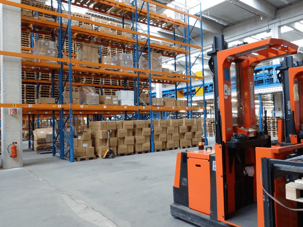 estoque e empilhadeira supply chain