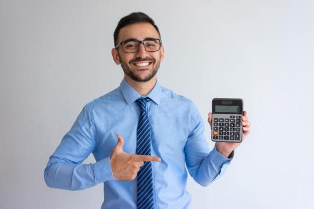 homem mostrando calculadora matemática financeira