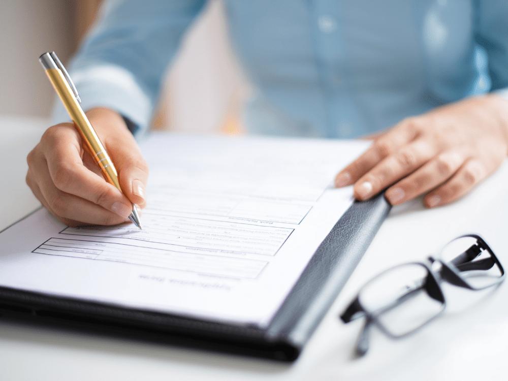 mulher assinando documento direitos autorais