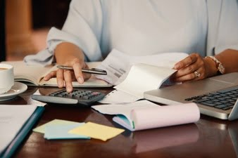 mulher calculando sped fiscal