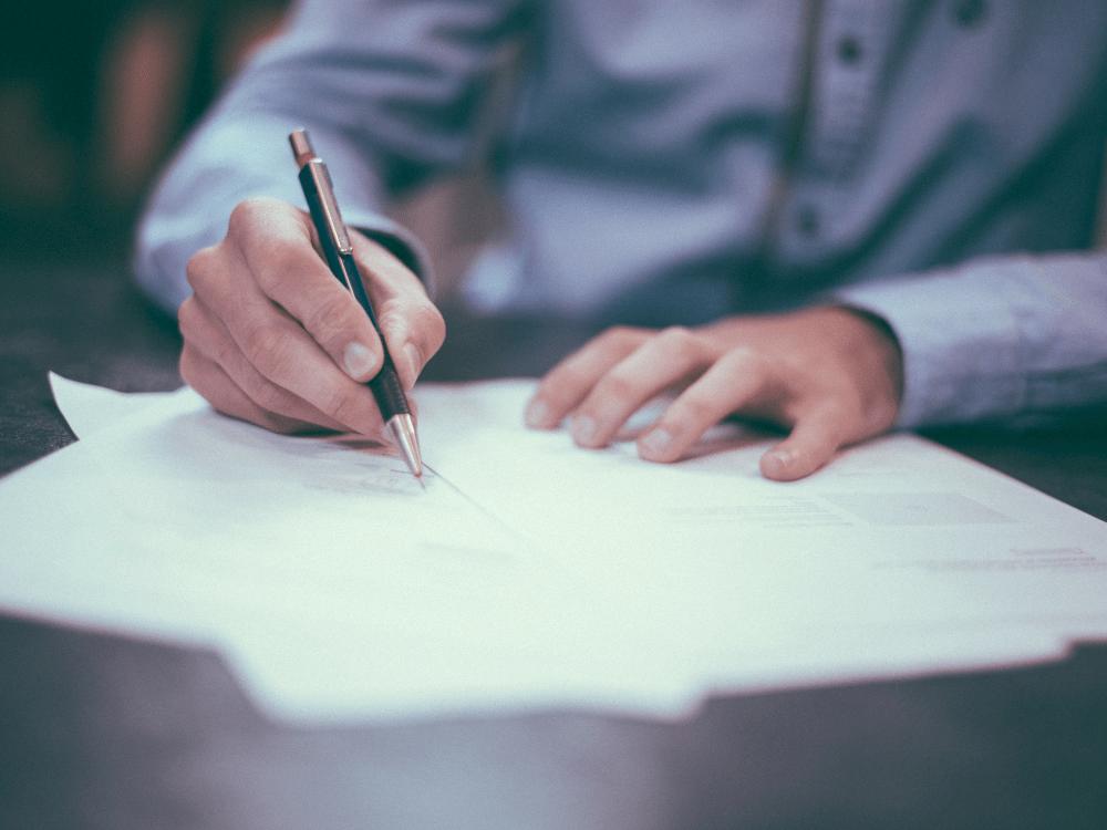 pessoa assinando contrato direitos autorais