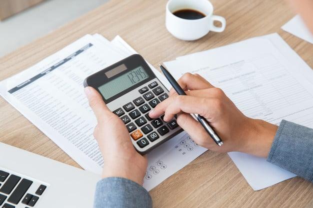pessoa calculando matemática financeira