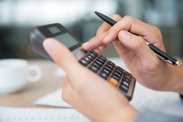 pessoa usando calculadora matemática financeira