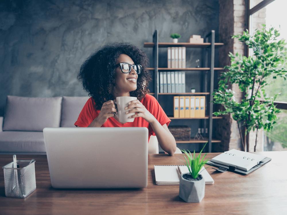 código de ética empresarial mulher com notebook