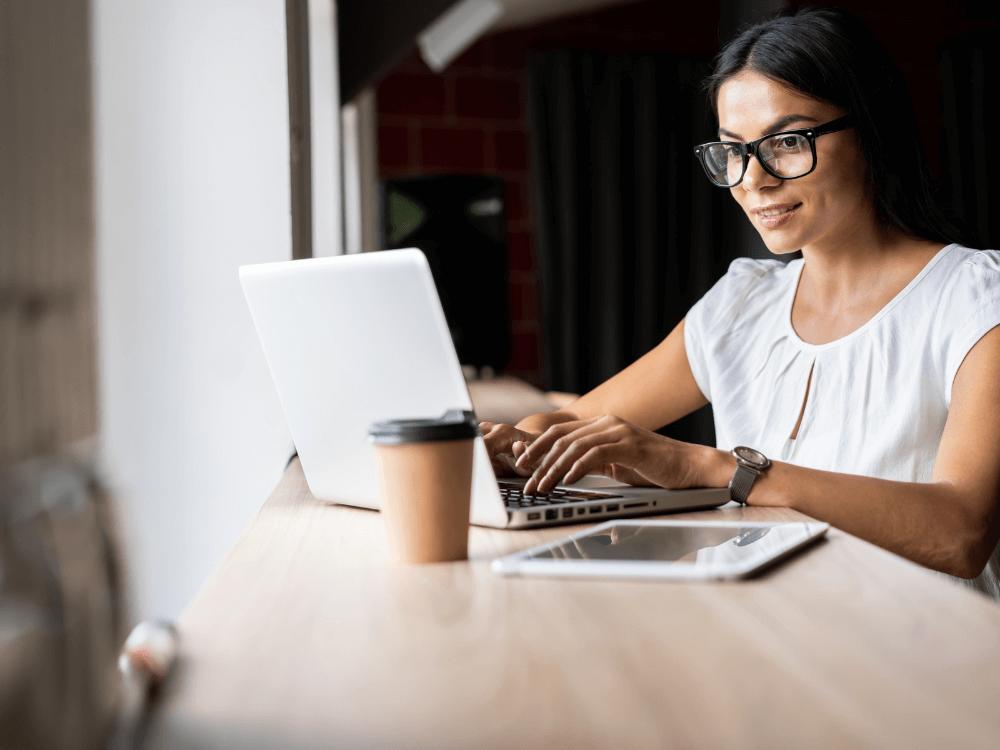 código de ética empresarial mulher no notebook