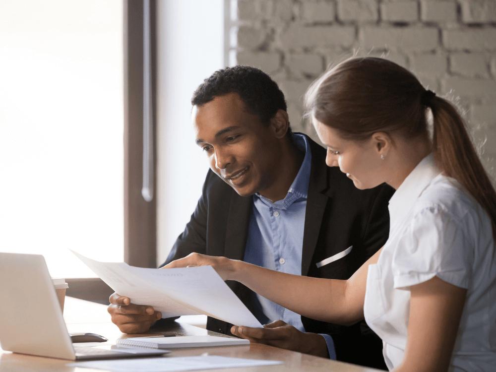 homem e mulher fazendo consultoria tributária