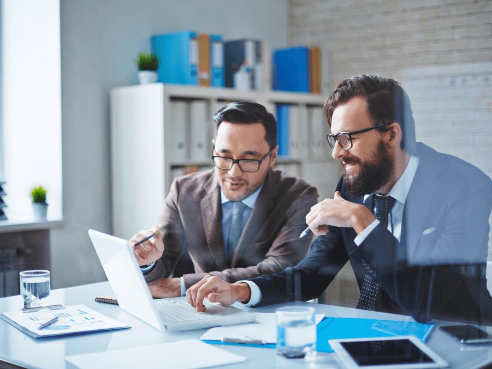 homens olhando notebook consultoria tributária
