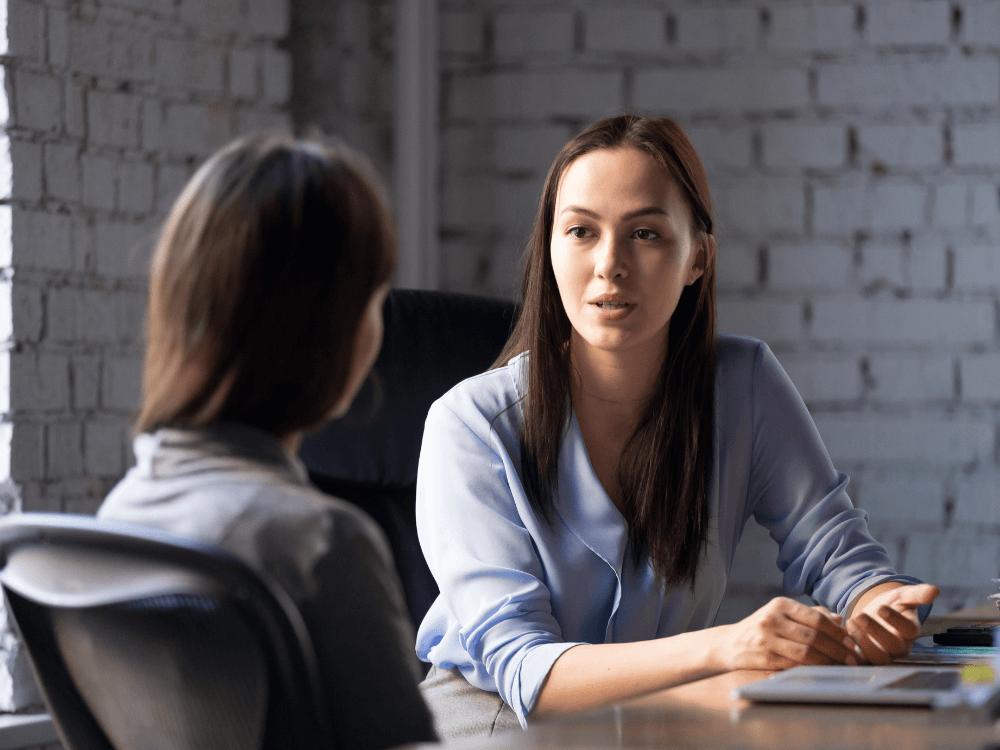 mulher fazendo consultoria tributária