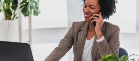 mulher no telelefone código de ética empresarial