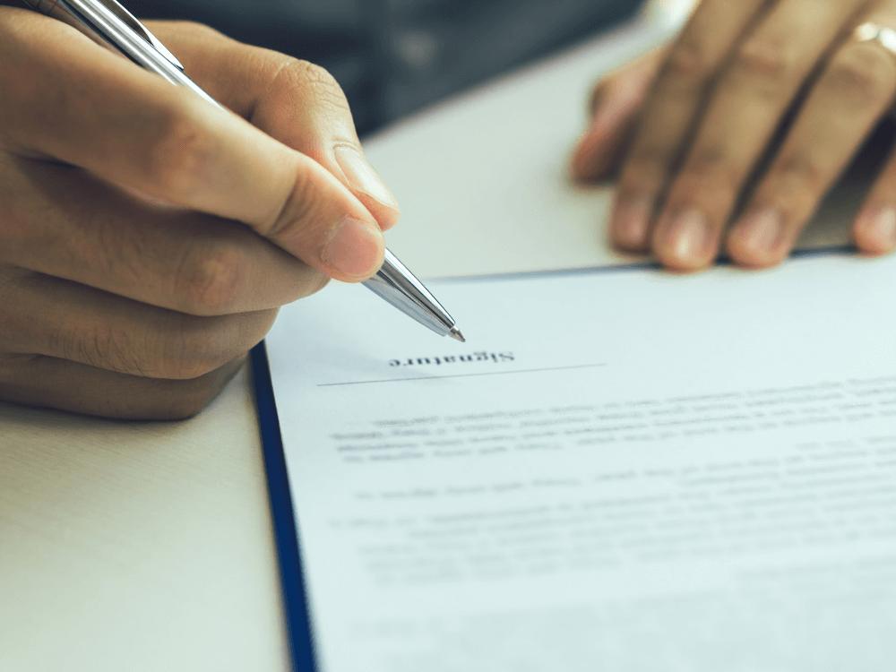pessoa assinando contrato consultoria imobiliária (2)