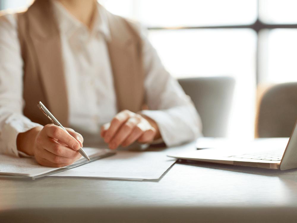 pessoa assinando contrato consultoria imobiliária